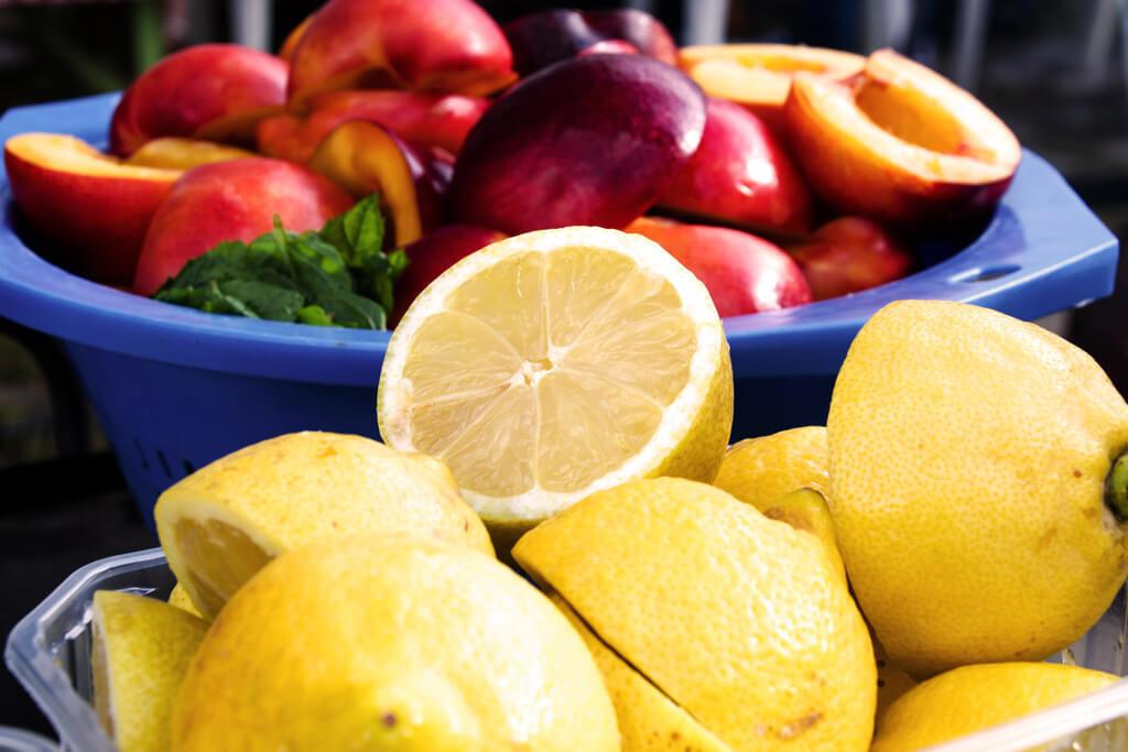 Nektarinen und Zitronen warten auf den Grill - Foto von Lena Schroeter