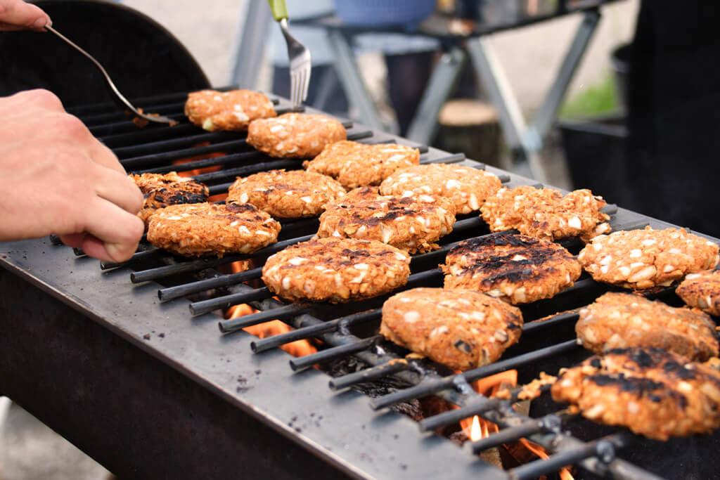 Vegane Grillburger auf dem Grill - Foto von Lena Schroeter