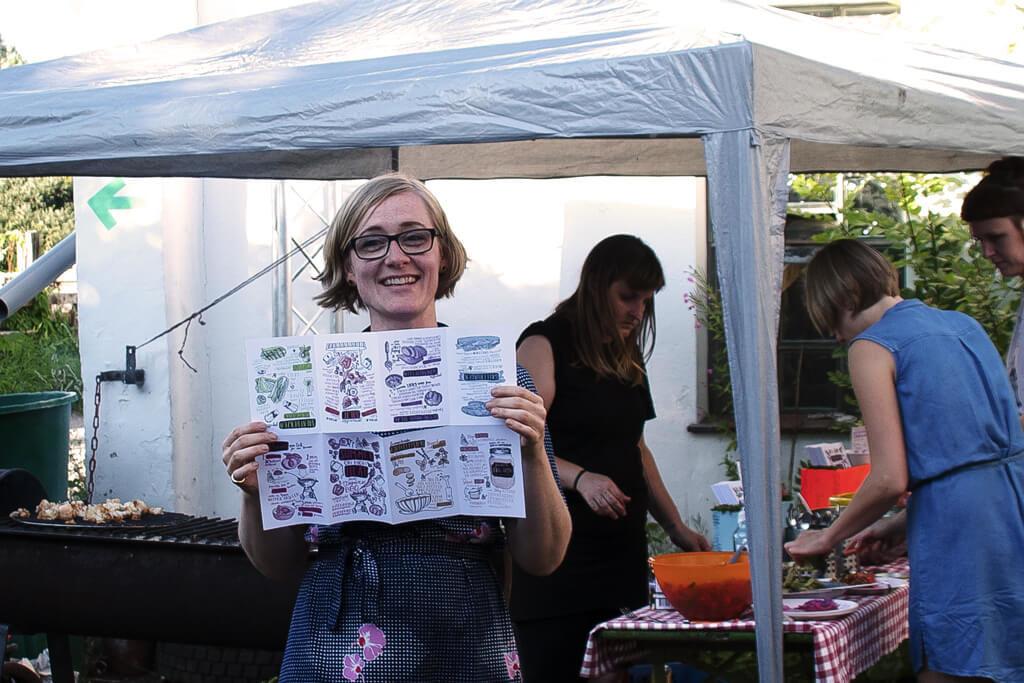 Friederike präsentiert das ausgeklappte Heft - Foto von Lena Schroeter