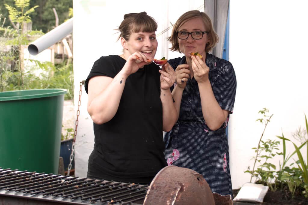 Friederike und Katharina schlemmen - Foto von Lena Schroeter